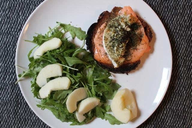 Tartines chaudes au saumon fumé, chèvre et herbes